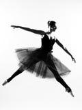 Siluetta di dancing di salto del danzatore di balletto della donna Fotografia Stock