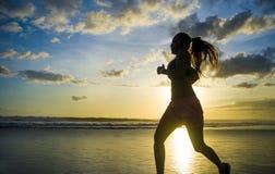 Siluetta di giovane donna asiatica del corridore di sport nell'allenamento corrente Fotografie Stock Libere da Diritti