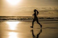 Siluetta di giovane donna asiatica del corridore di sport nell'allenamento corrente Immagini Stock Libere da Diritti