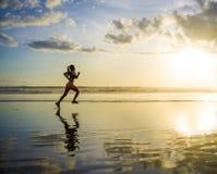 Siluetta di giovane donna asiatica del corridore di sport nell'allenamento corrente Fotografia Stock