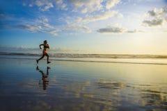 Siluetta di giovane donna asiatica del corridore di sport nell'allenamento corrente Immagine Stock