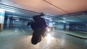 Siluetta di giovane freerunner alla moda dell'uomo che esegue un verticale, elementi acrobatici del parkour, movimento lento archivi video