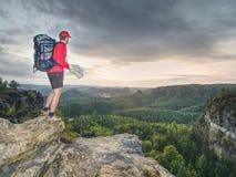 Siluetta di giovane guida turistica che guarda nella mappa sulla traccia fotografia stock
