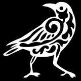 Siluetta di logo di un uccello del corvo nel bianco con un modello dei riccioli dentro il nero su un fondo nero immagine stock