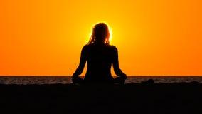 Siluetta di meditare donna Fotografia Stock Libera da Diritti