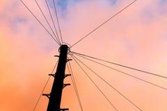 Siluetta di palo di telegrafo al tramonto fotografia stock libera da diritti