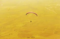 Siluetta di Paraglide alla luce di alba Fotografia Stock Libera da Diritti