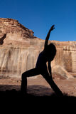 Siluetta di pratica di yoga alle cadute Fotografia Stock