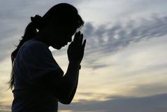 Siluetta di preghiera della donna Fotografie Stock Libere da Diritti