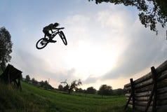 Siluetta di salto della bici Fotografia Stock