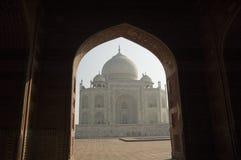 Siluetta di Taj Mahal attraverso un arco agra L'India immagini stock libere da diritti