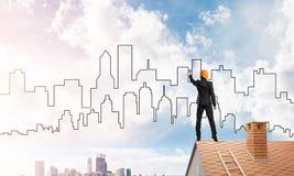 Siluetta di tiraggio dell'architetto dell'uomo della città moderna su cielo blu Media misti Fotografie Stock