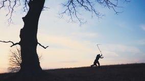 Siluetta di tramonto del reaper torvo Concetto della morte Fuoco molle archivi video