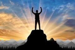 Siluetta di un alpinista felice sopra una montagna Fotografia Stock Libera da Diritti