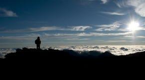 Siluetta di un alpinista Trekker Fotografia Stock Libera da Diritti