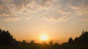 Siluetta di un'automobile in un campo al tramonto La strada ed il campo L'automobile sul campo video d archivio