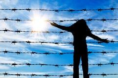 Siluetta di un bambino del rifugiato immagine stock libera da diritti