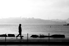 Siluetta di un camminare dell'uomo Fotografie Stock