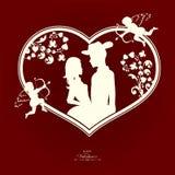 Siluetta di un cuore con una coppia amorosa ed i cupidi con un arco e una freccia Immagine Stock Libera da Diritti