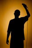 Siluetta di un giovane in arancio. Fotografie Stock