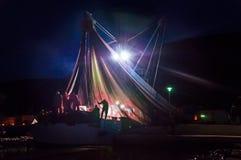 Siluetta di un gruppo di pescatori e di reti da pesca su una barca fotografia stock