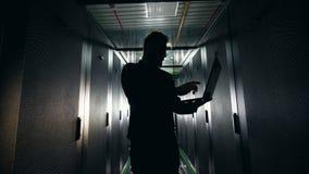 Siluetta di un ingegnere informatico nel blocchetto del server archivi video