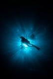 Siluetta di un operatore subacqueo fotografia stock