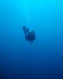Siluetta di un operatore subacqueo che va in profondità Fotografie Stock Libere da Diritti