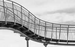 Siluetta di un pedone Skywalk in in forma di s Architettura astratta nella terra di vista di Amanohashidate, Miyazu, Giappone, As immagine stock