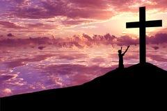 Siluetta di un uomo che elogia Jesus Immagine Stock Libera da Diritti