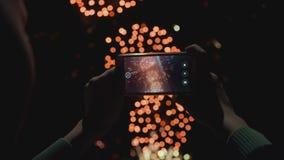 Siluetta di un uomo che fotografa i fuochi d'artificio al cielo notturno Bello saluto in onore della festa archivi video
