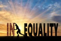 Siluetta di un uomo che spinge una diseguaglianza di parola, raggiungente uguaglianza Fotografie Stock