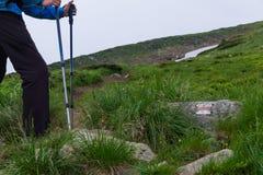 Siluetta di un uomo con i bastoni turistici Fotografia Stock Libera da Diritti