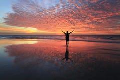 Siluetta di un uomo con la riflessione di tramonto Fotografie Stock Libere da Diritti