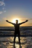 Siluetta di un uomo con le braccia outstretched Fotografie Stock