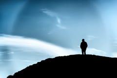 Siluetta di un uomo su una collina fotografia stock libera da diritti