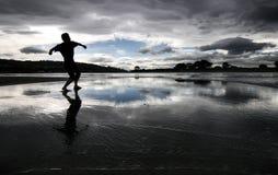 Siluetta di un uomo su una spiaggia Fotografie Stock Libere da Diritti