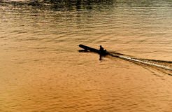 Siluetta di un uomo in una barca Fotografia Stock Libera da Diritti