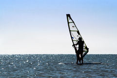 Siluetta di un windsurfer fotografia stock libera da diritti