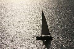 Siluetta di un yacht in mare. Fotografia Stock Libera da Diritti
