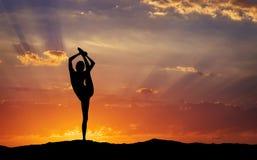 Siluetta di un'yoga della donna nella sera Fotografia Stock Libera da Diritti