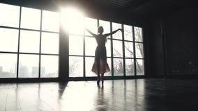Siluetta di una ballerina graziosa che sta filando sulle punte dei piedi al sole Ballerino di balletto nelle scarpe del pointe ed stock footage