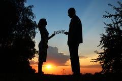 Siluetta di una coppia nell'amore Fotografia Stock Libera da Diritti