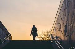 Siluetta di una donna che emerge da un sottopassaggio Vita di città Fotografia Stock