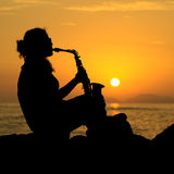 Siluetta di una donna che gioca il sassofono Fotografie Stock