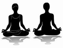 Siluetta di una donna che meditating Fotografie Stock