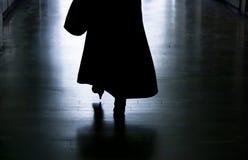 Siluetta di una donna che si allontana in vicolo scuro Fotografia Stock Libera da Diritti