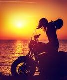 Siluetta di una donna del motociclista Fotografie Stock Libere da Diritti