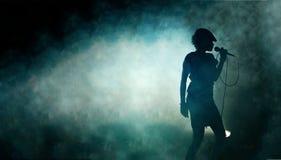 siluetta di una donna di canto Fotografia Stock Libera da Diritti
