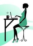 Siluetta di una donna incinta alla moda Fotografia Stock